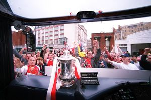 previous season matches/matches 2005 06 arsenal v southampton fa cup final/arsenal coach match surrounded arsenal fans
