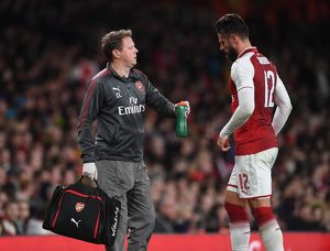 season 2017 18/arsenal v doncaster rovers carabao cup 2017 18/arsenal physio colin lewin treats olivier giroud arsenal