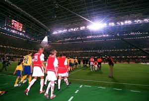 The Arsenal and Southampton teams walk out onto the pitch
