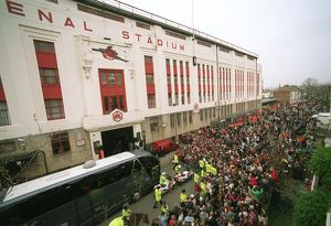 previous season matches/matches 2005 06 arsenal v west bromwich albion 2005 6/arsenal team coach drops players east stand avenell