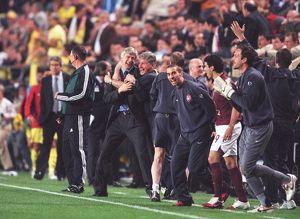 team/players coaches wenger arsene/arsene wenger arsenal manager celebrates assistant