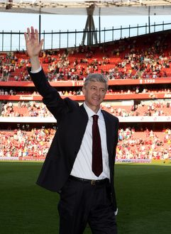 team/players coaches wenger arsene/arsene wenger arsenal manager waves fans match