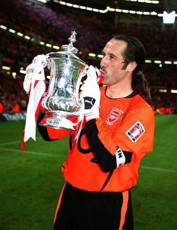 David Seaman kisses the FA Cup. Arsenal 1:0 Southampton. The F