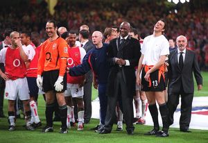 The David Seaman and Patrick Vieira and the rest of Arsenal players wait to receives the trophy