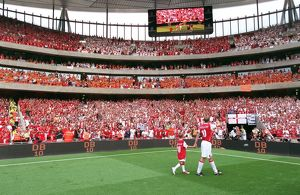 previous season matches/matches 2006 07 arsenal v ajax dennis bergkamp testimonial/dennis bergkamp arsenal waves fans lap