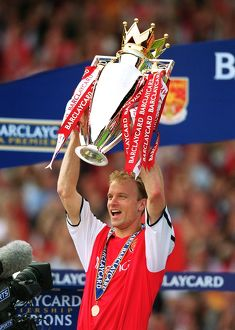 previous season matches/matches 2005 06 arsenal v everton/dennis bergkamp fabarclaycard premiership trophy