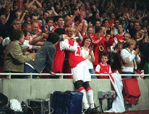 previous season matches/matches 2006 07 arsenal v fc porto/emmanuel eboue celebrates fans thierry henrys