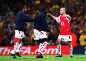 Freddie Ljungberg celebrates the Arsenal victory with Giovanni van Bronckhorst