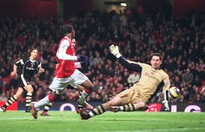 legends/ex players hoyte justin/justin hoyte scores arsenals 2nd goal past scott