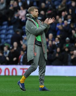 per mertesacker arsenal claps the fans after the match