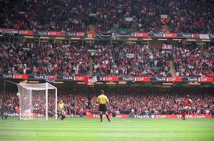 Patrick Vieira scores Arsenal's winning penalty past Roy Carroll (Man Utd)