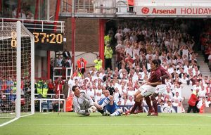 Robert Pires scores Arsenal's 1st goal past Mike Pollitt (Wigan)