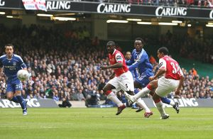 Theo Walcott shoots past Petr Cech to score the Arsenal goal