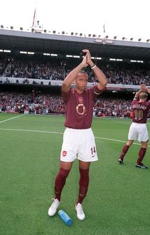 Thierry Henry (Arsenal) claps the fans before the match