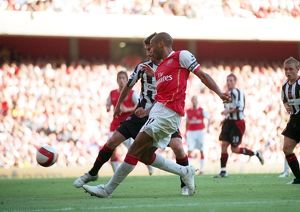 Thierry Henry (Arsenal) crosses the ball leading to Phil Jagielka's own goal