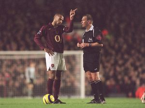 Thierry Henry (Arsenal) and Referee Graham Poll. Arsenal 0:0 Manchester United