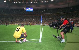 classic matches/barcelona v arsenal 2005 06/thierry henry arsenal waits corner watched