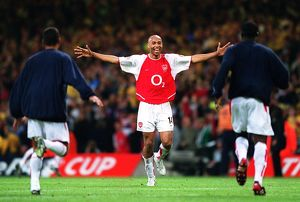 Thierry Henry celebrates the Arsenal victory with Giovanni van Bronckhorst and Kolo Toure