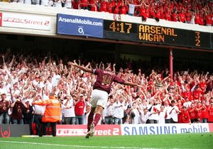 thierry henry celebrates scoring arsenals