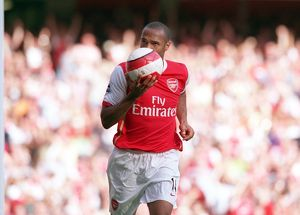 thierry henry celebrates scoring arsenals goal