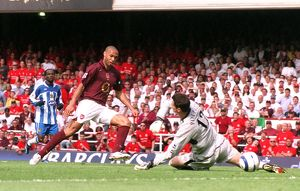 Thierry Henry scores his 1st Arsenal's 2nd goal past Mike Pollitt (Wigan)