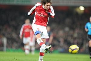 previous season matches/matches 2009 10 arsenal v bolton 2009 10/tomas rosicky shoots past bolton goalkeeper jussi